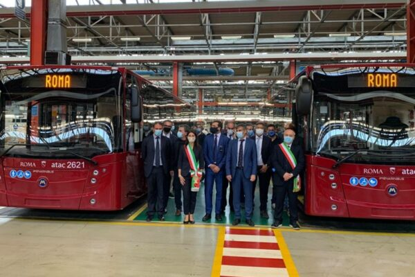 """Roma, entrati in servizio altri 60 nuovi bus Atac. Raggi: """"Col mio mandato più di 900 bus"""""""