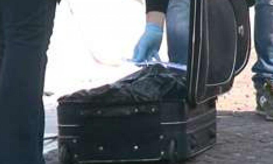 Cadavere in una valigia abbandonata, macabra scoperta a Roma