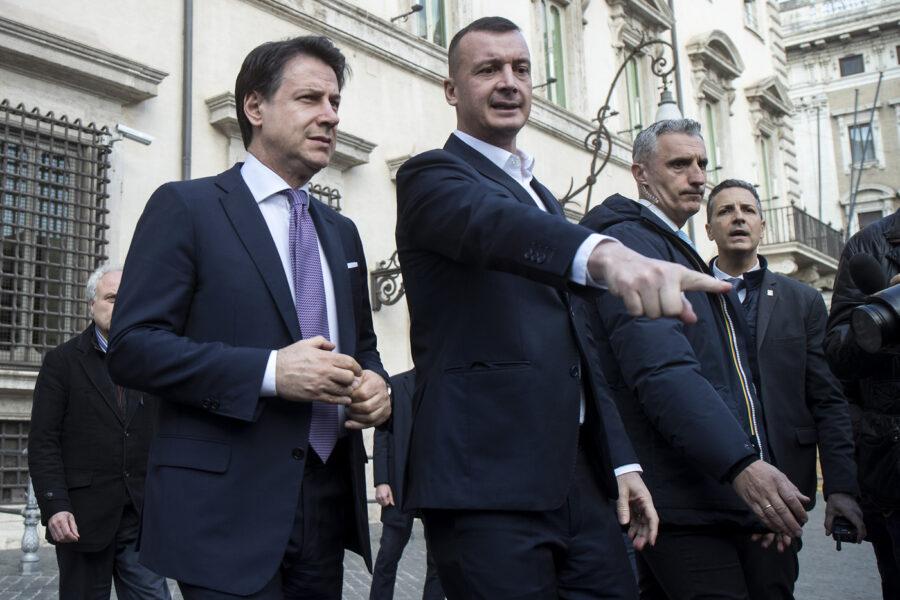 """Draghi liquida Conte in 15 minuti, Casalino lo blocca: """"Resta lì dentro un'ora"""", e l'ex premier 'finge' una telefonata…"""
