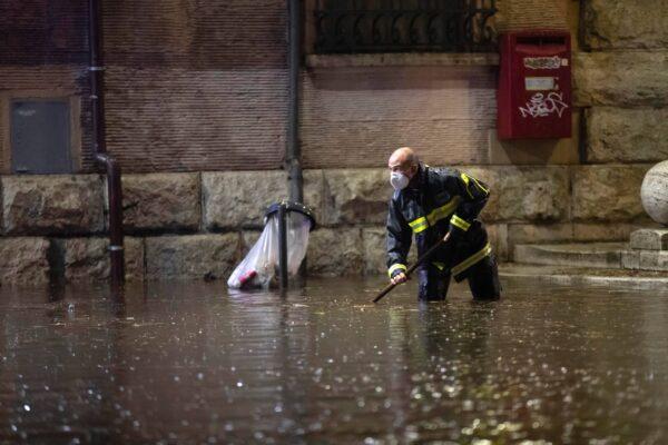Maltempo, temporale su Roma: strade allagate e incidenti. Centro paralizzato