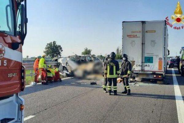 Scontro furgone-tir, dramma in autostrada tra A1 e A21: cinque morti nell'impatto