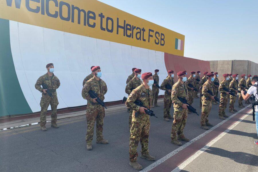 L'Italia lascia l'Afghanistan dopo 20 anni: bandiera ammainata nel Paese che rischia di tornare in mano ai Talebani