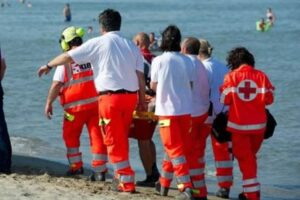 Tragedia in spiaggia, mano incastrata nella sedia a sdraio: bimbo perde falange di un dito