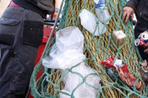 Fiumicino, la plastica pescata dai pescatori diventa un'opera d'arte