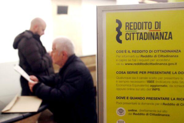 Reddito di cittadinanza 'abusivo': oltre 50 milioni nelle tasche di evasori, condannati e proprietari di ville e auto di lusso