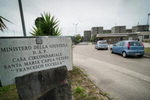 """""""A Santa Maria Capua Vetere niente giornali e Tv"""", la denuncia dei familiari dei detenuti dopo gli arresti"""