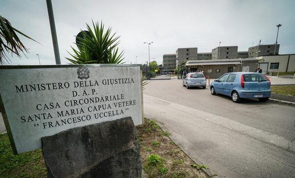 """Violenze in carcere, agenti minacciati con uno striscione: """"Abbattiamo l'albero"""""""