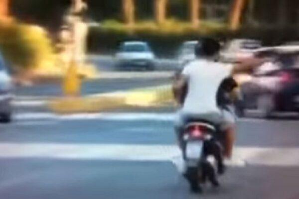 A 15 anni in giro su uno scooter rubato e con una pistola giocattolo: inseguimento con la polizia