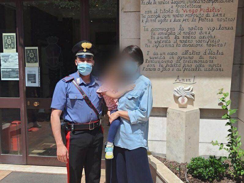 """La bimba salvata dal temporale in visita alla caserma dei carabinieri: """"Siete i miei angeli"""""""