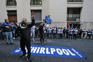 Blocco dei licenziamenti, nuovo decreto per il rinvio nei settori in crisi: stop anche per le cartelle esattoriali