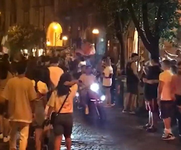 Festeggiamenti e far west, Napoli terra di nessuno: rapine, spari contro poliziotto e 20enne ferito da proiettile