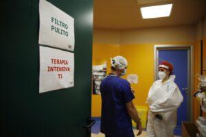 Coronavirus, schizzano Rt e incidenza dei casi ma nessun allarme negli ospedali