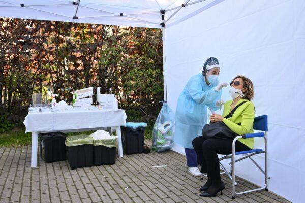 Coronavirus, crescono i contagi ma restano stabili i ricoveri: 13 morti e positività all'1,3%