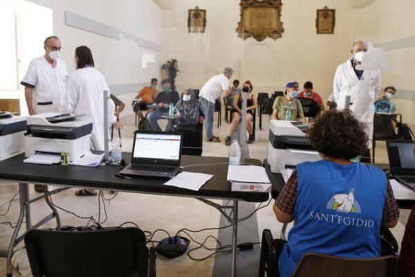Coronavirus, salgono i ricoveri e il tasso di positività: 22 morti