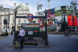 """Crollo dei contagiati in Regno Unito per 6 giorni consecutivi: """"Cautela, non siamo fuori dal picco"""""""