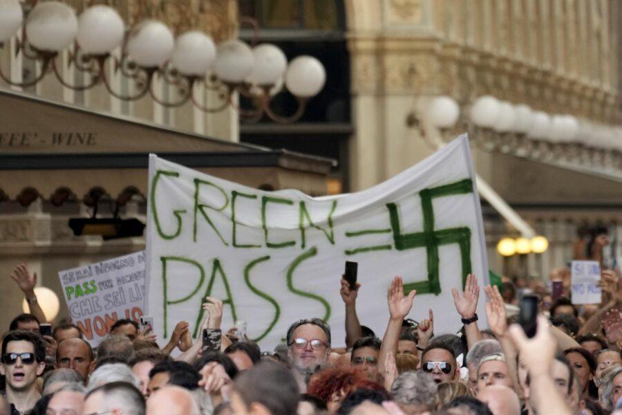 Svastiche e insulti a Draghi: il popolo no-vax e no-Green pass sfila in tutta Italia
