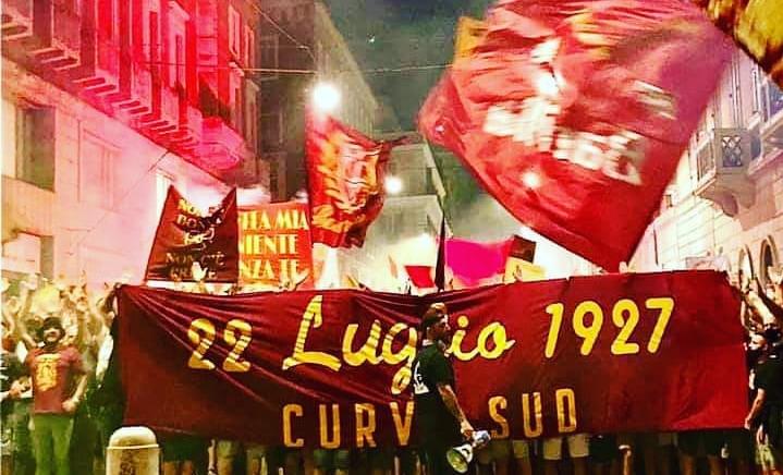 Tifosi della Roma invadono il centro per i 94 anni del club. A rischio nuovi contagi