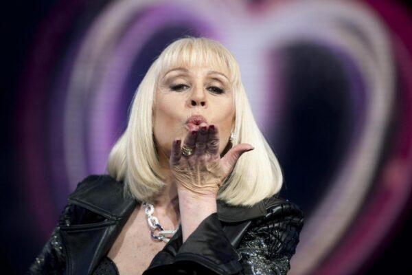 Chi era Raffaella Carrà, icona pop che anticipò il '68 e ballando ha cambiato l'Italia