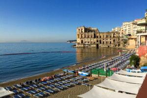 """Lungomare inquinato a Napoli, scatta il divieto di balneazione fino a Posillipo: """"Si potrà solo andare in spiaggia"""""""