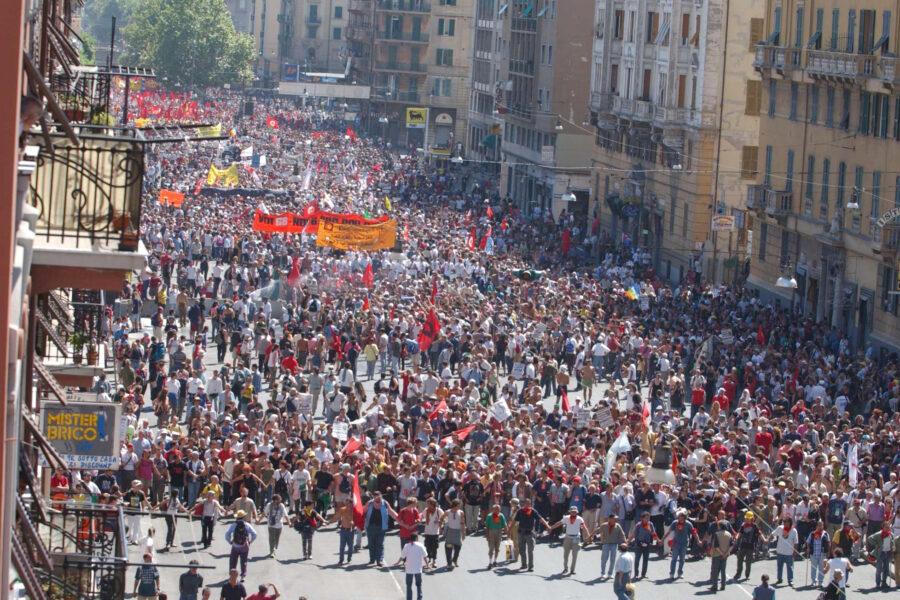 Venti anni fa il G8 di Genova: la critica alla globalizzazione, i pestaggi, gli errori di Rifondazione