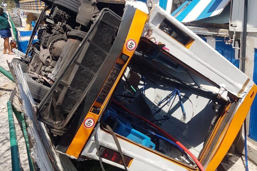 Tragedia a Capri, autobus precipita nel vuoto: muore autista, 23 feriti (15 in ospedale tra cui due bambini)