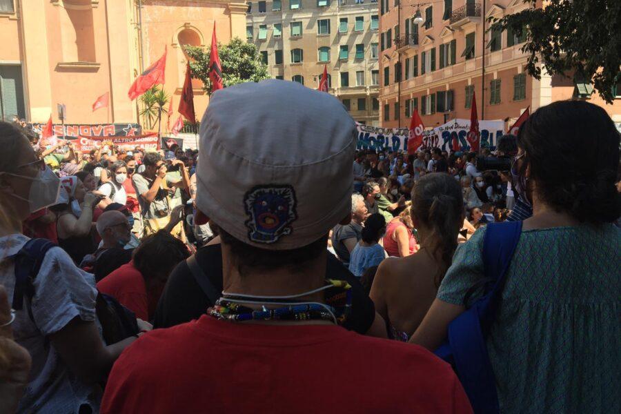 """Morte Carlo Giuliani, blitz di Manu Chao in piazza Alimonda: """"Mai smettere di denunciare barbarie polizia"""""""