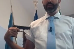 """Il no-vax Barillari punta una pistola contro se stesso: """"Il vaccino è una roulette russa"""""""