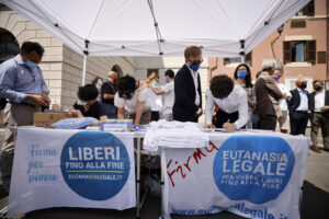 Referendum su eutanasia e giustizia, è boom di firme: oltre 300mila raccolte in pochi giorni