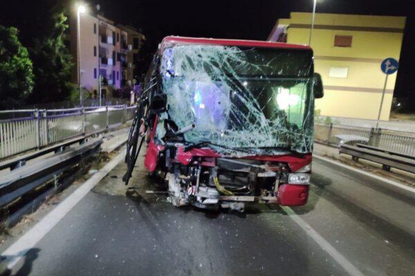 Perde il controllo del bus Atac e si schianta contro auto in sosta: l'incidente in via della Giustiniana