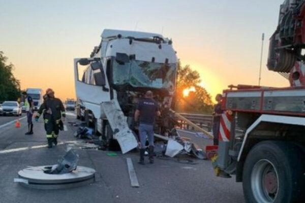 Scontro fatale all'alba, schianto tra mezzo pesante e auto: un morto