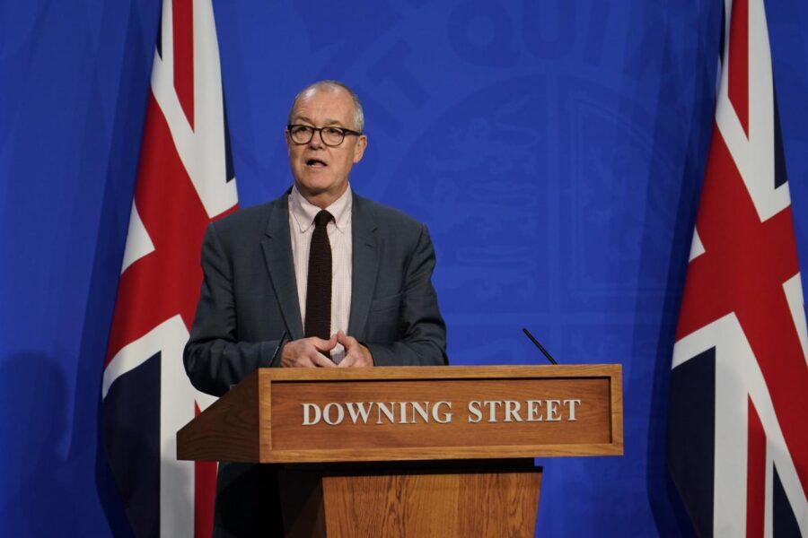 """""""Il 60% dei ricoverati in Gran Bretagna non è vaccinato"""", l'imbarazzante gaffe del consigliere di Johnson"""