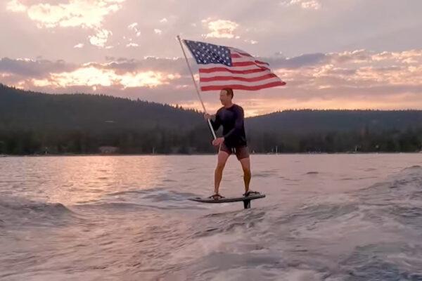 Cos'è l'hydrofoil, la tavola cavalcata da Mark Zucerberg per festeggiare l'Indipendenza USA