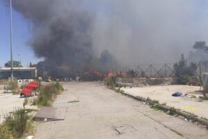 Incendio nel campo rom di Salone: a rischio anche le abitazioni – FOTO E VIDEO –