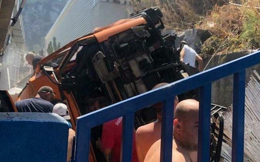 Incidente a Capri, autobus precipita nel vuoto a Marina Grande: un morto e diversi feriti