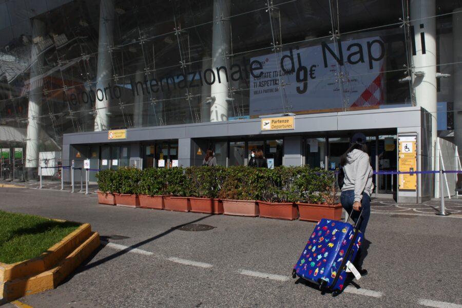 ESTERNI AEROPORTO INTERNAZIONALE DI CAPODICHINO A NAPOLI PASSEGGERO PASSEGGERI BAGAGLIO BAGAGLI