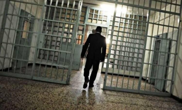 """In carcere con la pistola, spara contro 3 compagni di cella: """"Situazione insostenibile"""""""