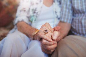 """""""Sedetevi sul divano"""", coppia di anziani rapinata in casa dopo pranzo: pomeriggio da incubo"""