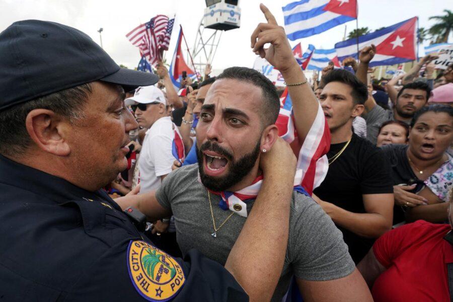 I cubani sono scesi in piazza e potrebbero restarci