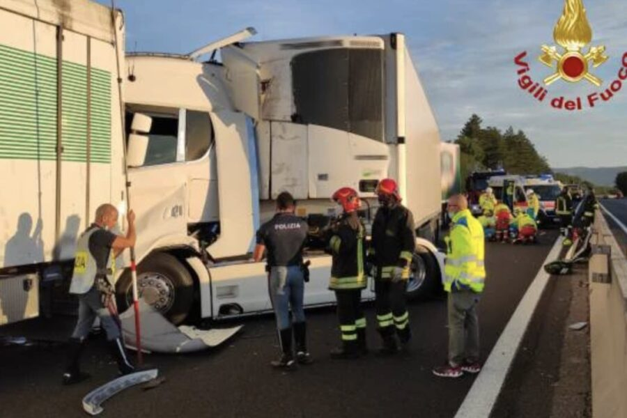 Scontro fra Tir sull'A1: camionista incastrato tra le lamiere, grave anche un altro