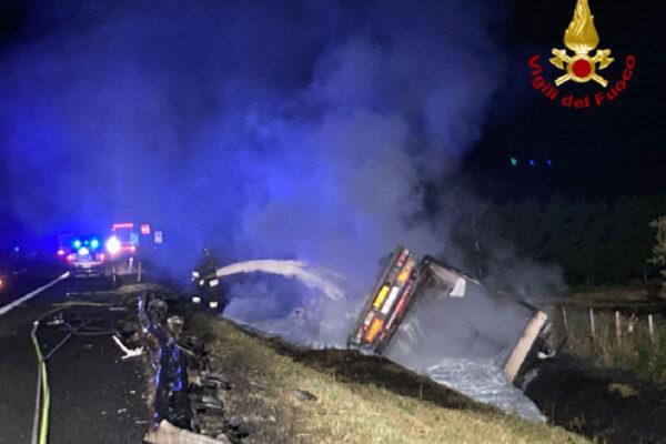 Tir si ribalta e prende fuoco, camionista muore carbonizzato nella cabina di guida: dramma sull'A14