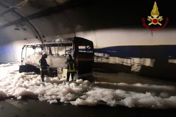Autobus in fiamme con 25 bambini a bordo: l'autista eroe li salva tutti