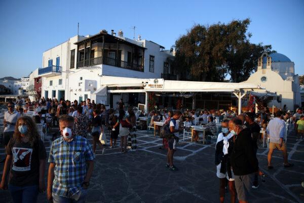 Mykonos e Ios a rischio chiusura, il turismo incontrollato fa impennare i casi Covid: Atene invia altri poliziotti