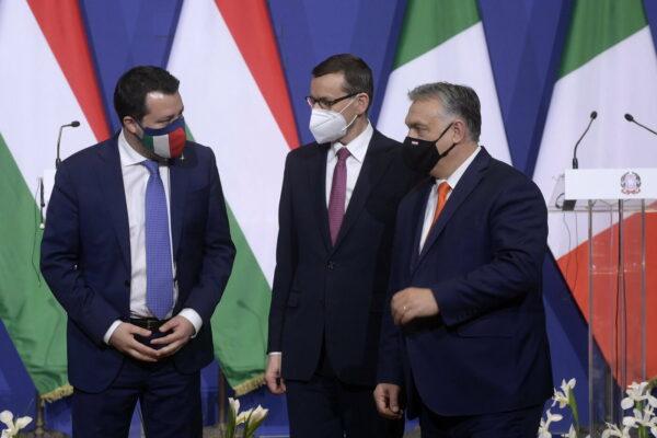 La doppia linea di Salvini: in Italia con Draghi (candidato al Quirinale), in Europa firma il patto sovranista con Orban e Le Pen