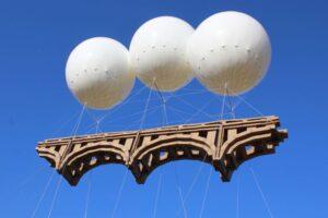 """Ponte Farnese, l'omaggio volante a Michelangelo dell'artista francese Grossetête: """"Costruito con la forza della gente"""""""