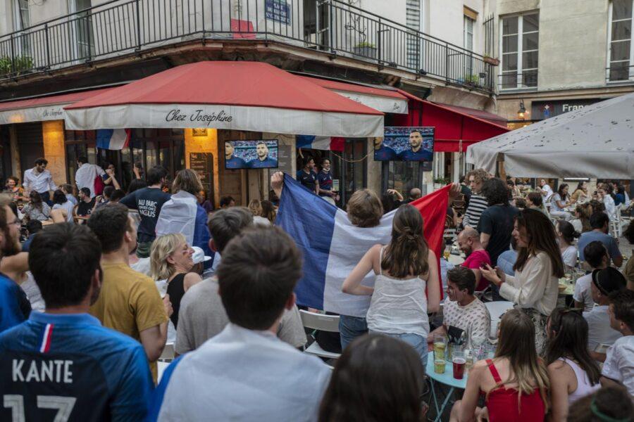 Francia, corsa al vaccino dopo il green pass per ristoranti e treni: un milione di dosi prenotate in poche ore