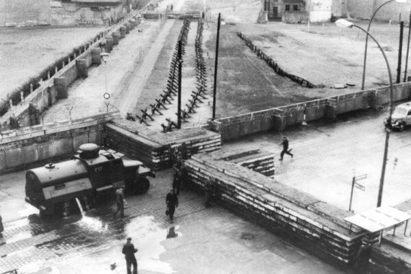 Storia del muro di Berlino, che 80 anni fa trasformò la città in prigione