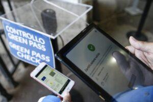 Green pass, i sindacati confermano l'obbligo nel pubblico e nel privato: scontro sui tamponi gratis