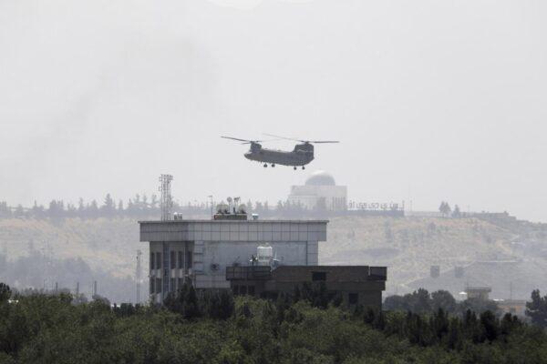"""""""Rinasce l'Emirato islamico"""", l'Afghanistan è di nuovo dei talebani: volo italiano atteso a Fiumicino"""