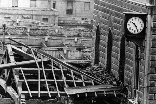02 AGOSTO 1980 – LE MACERIE DELLA STRAGE DI BOLOGNA, EDIFICIO DISTRUTTO, STAZIONE, ATTENTATO, TETTO, LEGNO, MACERIE, DISTRUZIONE, OROLOGIO, B/N, ITALIA, ANNI 80, 03-00005652