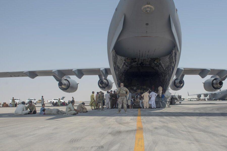 Colpi di mitragliatrice contro aereo italiano a Kabul, gli 007 smentiscono: spari per disperdere folla